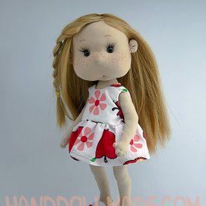 Игровая кукла в платье с яблочками