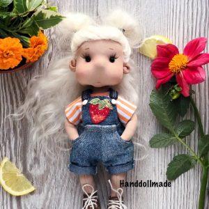 Текстильная игровая кукла в джинсовом комбинезоне